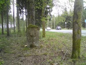 Autoweg met oude kilometerpaal
