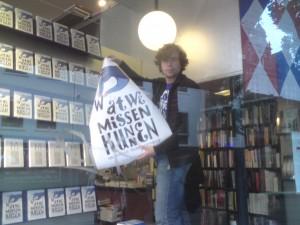 Daan Heerma van Voss richt Wat missen kunnen etalage in bij de Athenaeum Boekhandel
