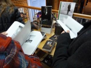 Bezoekers bladeren voor het concert in de boeken van Patti Smith