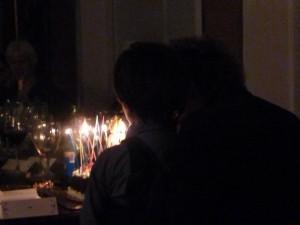 Arnon Grunbergs stiefzoon Mayu blaast veertig verjaardagskaarsjes uit