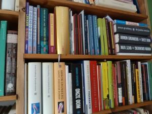 Arnon Grunberg in de boekenkast (fragment)