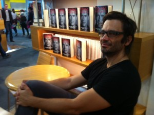 Nicol Ljubic in Frankfurt tussen de boeken van zijn collega-schrijver Arnold Schwarzenegger (foto Reinjan Mulder)
