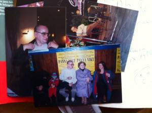 Tomek Tryzna met zijn moeder voor de poster van zijn boekverfilming Meisje Niemand