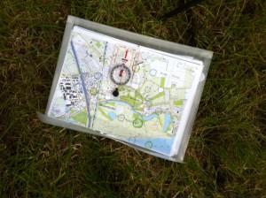 Met mijn kompas controleer ik op de zichtlijnen overeenkomen met mijn hulplijnen