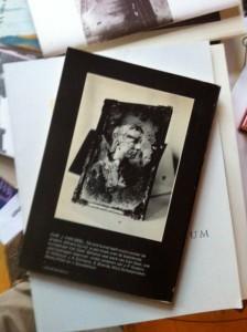 Verbrande foto achterop Van Geel's 'De ene kunst leeft nooit zonder de andere...'