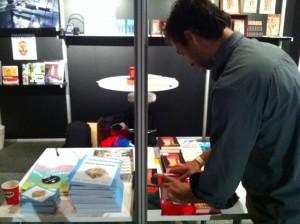 2012: Daniël richt de stand van Das Magazin en Babel & Voss op Manuscripta in.