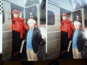 Zoek de verschillen. Helga Ruebsamen en Reinjan Mulder bij de Mercedes kampeerbus (foto Vincent Mentzel).