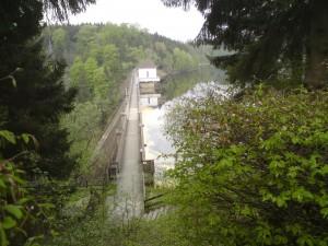 Voormalige Duits-Duitse grens midden op de stuwdam