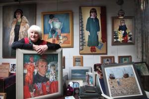Hanna Mulder tussen het werk van haar man Piet Mulder (foto William Hoogteyling)