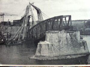 Opgeblazen spoorbrug bij Zaltbommel, 1945