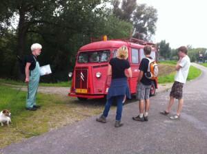 Wandelaars in Neerijnen bekijken de brandweerauto