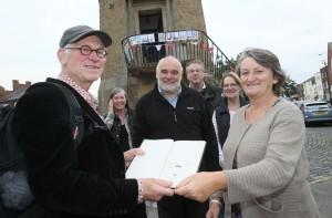 Reinjan Mulder bekijkt met vuurtorenbeheerder Sue Daish een van de eerste Harwich-schetsboeken van Piet Mulder