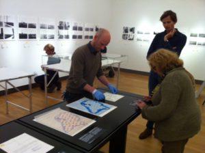 Restaurator Martin Jürgen richt met conservatoren Mattie Boom en Harm Stevens de tentoonstelling in het Rijksmuseum in.