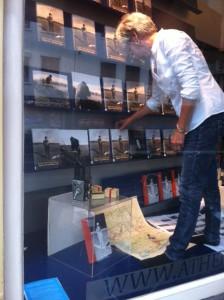 Objectief Nederland in de etalage bij de Athenaeum Boekhandel
